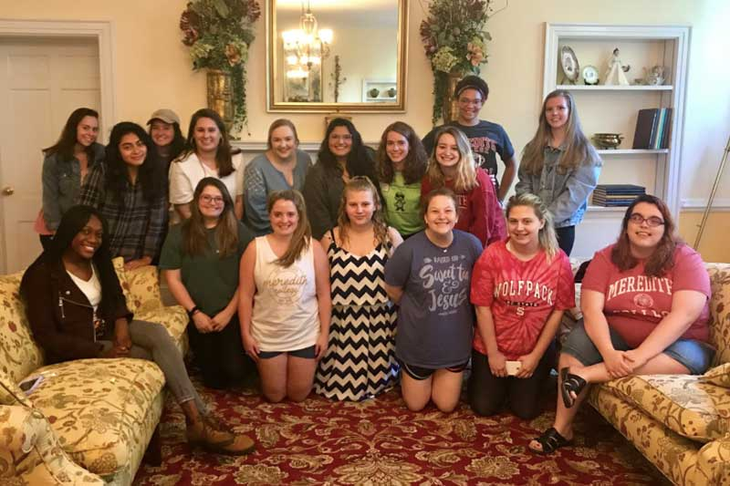 Phonathon students posing together in the Alumnae House Parlor