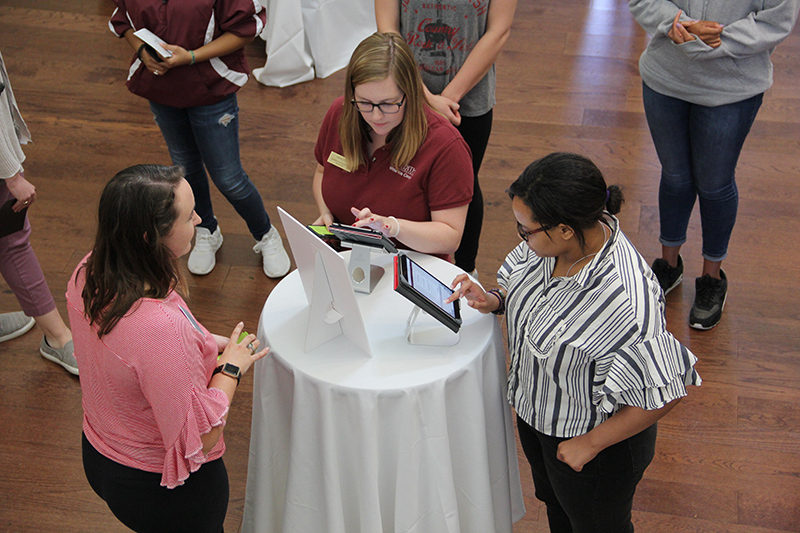 Students signing up for Meredith Mentors