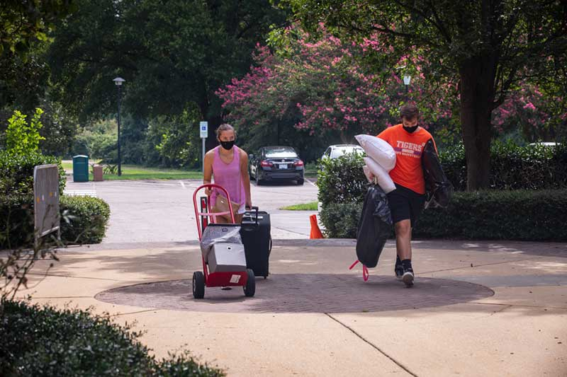 student and parent moving items in to residence hall